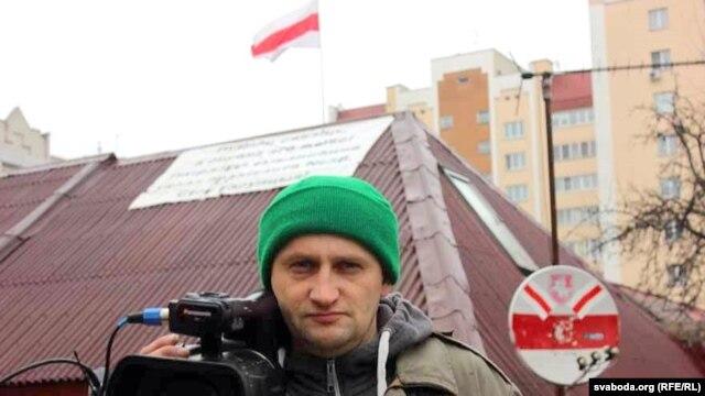 Кастусь Жукоўскі на фоне ўласнага дома