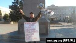 Житель Уральска Бекболат Утебаев во время одиночного пикета. Уральск, 17 марта 2020 года.