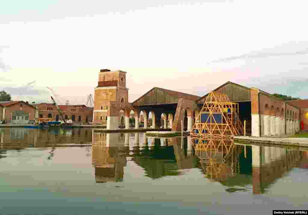 Деревянная конструкция в доке Арсенала– фантастическая лодка-пирамида из Нигерии