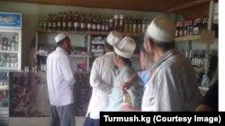 Кыргызстанские имамы обходить магазины с алкогольной продукцией.