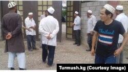 Алкоголь саудасынан бас тартуға шақырып дүкен аралап жүрген имамдар.