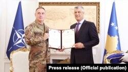 Presidenti i Kosovës, Hashim Thaçi dhe komandanti i KFOR-it, Salvatore Cuoci.