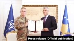 Komandanti në largim i KFOR-it, Salvatore Cuoci, dhe presidenti i Kosovës, Hashim Thaçi - foto arkivi
