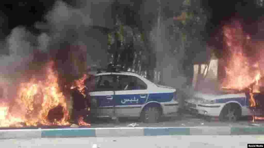 به آتش کشیدن خودروهای پلیس در شیراز