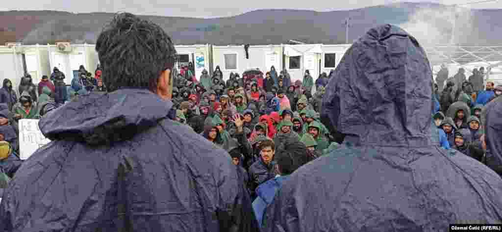 Skoro hiljadu migranata i izbjeglica još jednu noć su proveli pod otvorenim nebom nakon što su Oružane snage BiH postavile šatorsko naselje koje je izgorjelo u požaru 23. decembra.