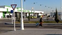 Aşgabadyň aeroportynda ýanyňdaky puluňdan para-peşgeş alýarlar