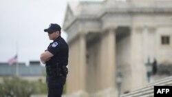 Полицейский стоит у здания Капитолия. Иллюстративное фото.