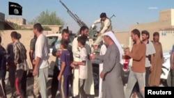 """Ирак -- """"Ислам мамлекети"""" тобунун согушкерлери менен учурашып жаткандар."""