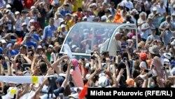 Papa Françesk në mesin e besimtarëve në Kosevo