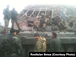 Українські військові у Тоненькому: третя рота готується до заїзду в ДАП, позаду – ферма, де бійці жили після обстрілу