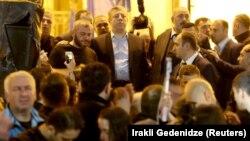 Грузия премьер-министрі Георгий Квирикашвили (ортада) наразылық танытушылардың өзіне сөз беруін күіп тұр. Тбилиси, 31 мамыр 2018 жыл.