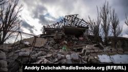 Зруйнована школа у центрі села