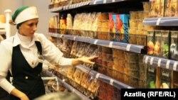 Продуктовые ряды в супермаркете. Иллюстративное фото.