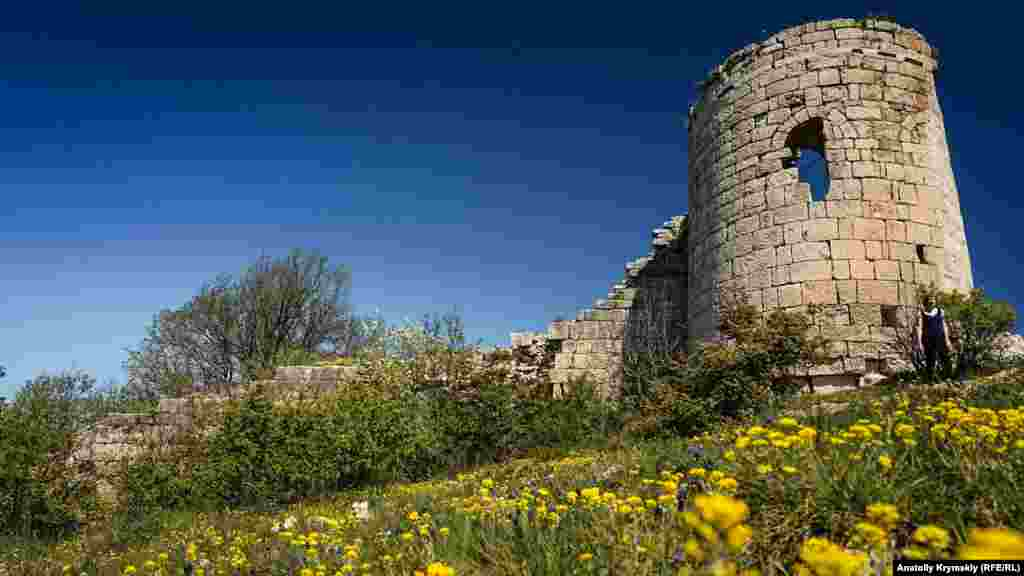 Сюйреньская (Гостра) фортеця. Візантійці почали споруджувати її на краю мису Куле-Бурун, імовірно, в VI-VII століттях. У середині XIV століття фортеця стала північним форпостом готського князівства Феодоро. Зруйнована турками після її захоплення в 1475 році, пізніше була відновлена