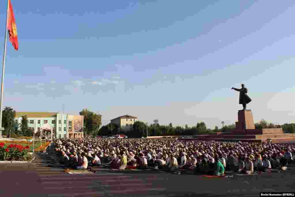 Оштогу Орозо айт намазына болжол менен 3-4 миңдей адам чогулганы кабарланды.