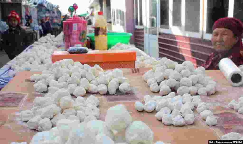 На прилавках полно курута, изготовленного жителями окрестностей.