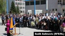 Komemorativno okupljanje povodom godišnjice ubistva 74 osobe u dvorištu Osnovne škole u Srebrenici, 12. april 2016.