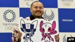Жапонияда 2020 жылы жазда өтетін Олимпиада (сол жақта) және Паралимипиада ойындарының ресми талисмандарын әзірлеген дизайнер Рио Танигути. Токио, 28 ақпан 2018 жыл.