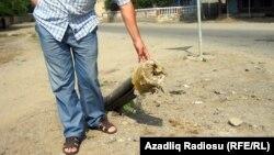 Торчащая из-под земли пластмассовая газотруба в селе Шах-Агаджы, Астара, июль 2011