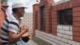 Аманбай Арзыгулов читает молитву у могилы жены и сына, умерших во время пандемии коронавируса. Актобе, 7 августа 2020 года.