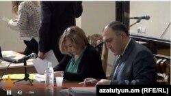 Переводчик и адвокат Пермякова на одном из судебных заседаний (архив)