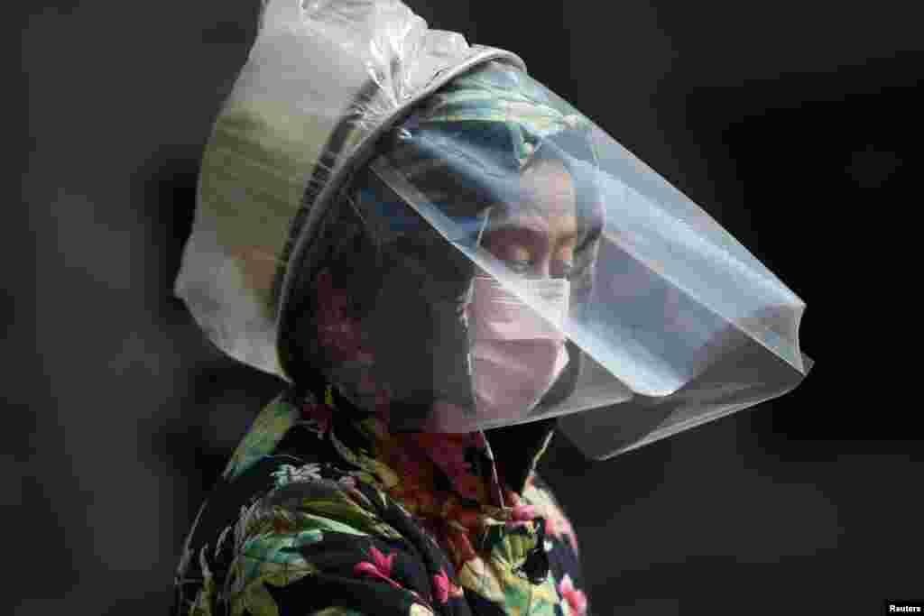 Чалавек у масцы ў кітайскім горадзе Ўхань, эпіцэнтры эпідэміі каранавірусу.