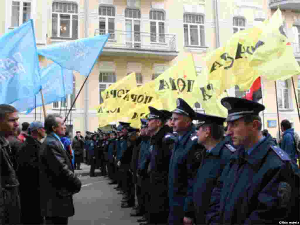 Supporters of Prime Minister Yanukovych's coalition gathering outside the parliament on April 4
