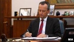 Претседателот на Собранието Трајко Вељаноски го потпиша Решението за распишување избор на претседател на Република Македонија.
