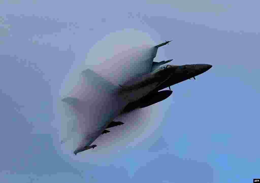 Самалёт F-18 Super Hornet стварае конус пары, аблятаючы на трансгукавых хуткасьцях карабель USS Eisenhower каля ўзбярэжжа Вірджыніі (ЗША) ў Атлянтычным акіяне. (AFP/Mark Wilson)
