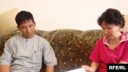 Нурлыбай Ашыкбаев и Сауле Бапаева считают, что в роддоме подменили их новорожденного ребенка. Село Жана Каратон Атырауской области, 9 июня 2009 года.