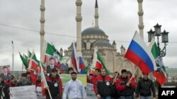 """Члены патриотического клуба """"Рамзан"""" отмечают день референдума по проекту Конституции Чечни. Грозный, 23 марта 2011 года."""