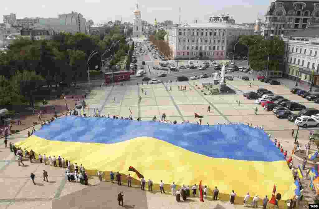 Україна відзначає День Державного прапора. На честь цієї події у Києві розгорнули велетенський прапор, 23 серпня