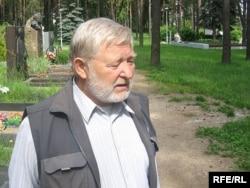 Юры Хадыка на магіле Васіля Быкава, 2009 год