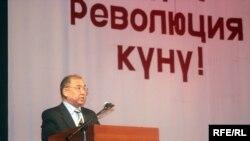 Бывший Госсекретарь КР Досбол Нур уулу выступает с докладом во время праздничного мероприятия в честь четвертой годовщины 24 марта 2005 года, Бишкек, 24 марта 2009 года.