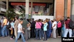 Очередь у супермаркета в Каракасе.