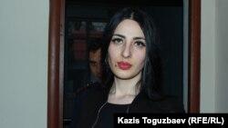 Wiktoriýa Berkhojaýewa, zorlanan aýal-transgender hem-de türmede gynamalara duçar bolan, ol Almaty oblastynyň Iliý raýon sudunda. Almaty oblasty, 2020-nji ýylyň 3-nji marty.