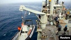 Операция по поиску пропавшего лайнера «Малайзийских авиалиний» в Индийском океане.