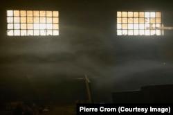 Белград, Сербия – Дым наполняет воздух – это мигранты и беженцы готовят на костре в здании заброшенного склада. Российские фейковые новости помогают правым полулистам сеять раздор в Европе
