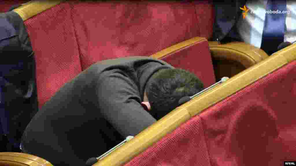 Ukraine -- Deputies sleeping during break in Parliament, Kyiv, 29Dec2014