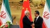 محمدجواد ظریف، وزیر خارجه ایران (چپ) با همتای چینیاش وانگ یی در پکن. با فشار فزاینده آمریکا، ایران بیش از پیش به دنبال تقویت ارتباط با چین است
