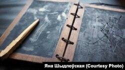 Вострым канцом стылета на воск наносіцца малюнак альбо тэкст. Пасьля заціраецца лапаткай. Такім чынам, таблічка можа праслужыць доўгі час.