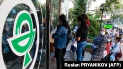 Алматыдағы дәріхана алдында кезек күтіп тұрған жұрт. 29 маусым 2020 жыл.