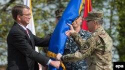 Міністр оборони США Ештон Картер (ліворуч) вручає прапор новому головнокомандувачу сил НАТО в Європі Кертісу Скапаротті. Німеччина, Штутгарт, 3 травня 2016 року