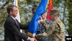 Эштон Картер передает флаг командующего генералу Кертису Скапарротти