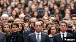 Министр образования Франции Наджад Валло-Белькасем (слева), президент Франсуа Олланд и премьер-министр Мануэль Вальс (справа) во главе собравшихся на минуту молчания перед зданием Сорбонны. 16 ноября