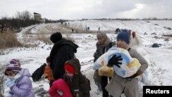 Migrantët duke e kaluar kufirin nga Maqedonia në Serbi afër fshatit Miratovc më 18 janar të këtij viti