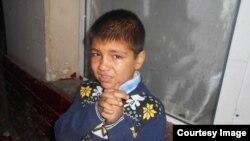 Сын одной из торговок на рынке «Ширин» плачет после того, как его мать увезли в отделение милиции.
