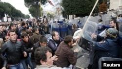 Демонстрация сторонников оппозиции в Тиране 21 января 2011