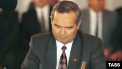 Ислом Каримов 1991 йил Москвада совет жумҳуриятлари ўртасидаги иқтисодий ҳамкорликка оид шартномага имзо чекмоқда.