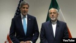 АҚШ мемлекеттік хатшысы Джон Керри (сол жақта) мен Иран сыртқы істер министрі Жавад Зариф БҰҰ бас ассамблеясы жиынында. Нью-Йорк, 26 қыркүйек 2015 жыл.